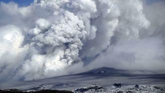 aswolken boven vulkaan Eyjafjallajokul na de vulkaanuitbarsting