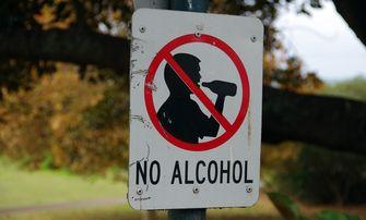 Op de foto zie je een verbodsbord voor allcohol