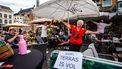Een foto van een dansende dame op een terras in Den Bosch op 1 juni, de dag dat de horeca weer open mocht.