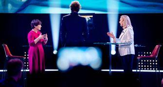 Een foto van Jeroen Pauw met Lilianne Ploumen en Sigrid Kaag