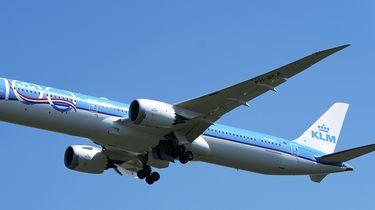 Op deze foto zie je een opstijgend vliegtuig.