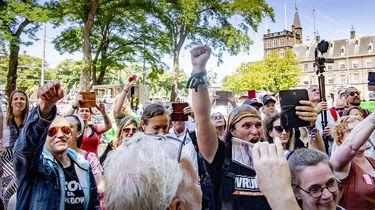 Op deze foto zie demonstranten van Viruswaanzin.