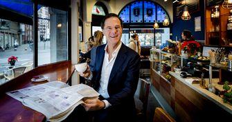 Mark Rutte (VVD) in zijn favoriete koffiezaak aan de Korte Poten. Foto: ANP | Robin van Lonkhuijsen