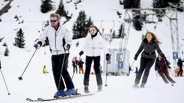 Een foto van de koning en koningin op wintersport in Lech