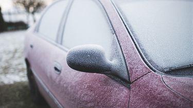 Een foto van een bevroren auto