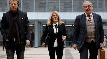 Patricia Paay met haar echtgenoot Robbert Hinfelaar (L) bij de rechtbank in Den Bosch na de rechtszaak tussen Patricia Paay tegen Johan Vlemmix.