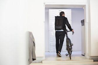 Op deze foto zie je een man die onderweg gaat naar zijn werk op de fiets.