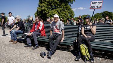 Op deze foto zijn betogers te zien die zich hebben verzameld op de Koekamp in Den Haag.