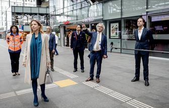 Op de foto Roger van Boxtel die premier Rutte en staatssecretaris Van Veldhoven over de coronamaatregelen op stations vertelt.