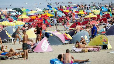 Op deze foto zijn strandbezoekers te zien.