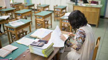 Foto van een leerkracht in een legen klas