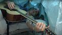 Jelle van Tilburg speel gitaar tijdens operatie