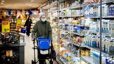Een foto van een winkelende mevrouw; het is lastig oordelen of voeding wel gezond is