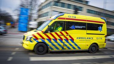 Een ambulance rijdt met spoed door de stad