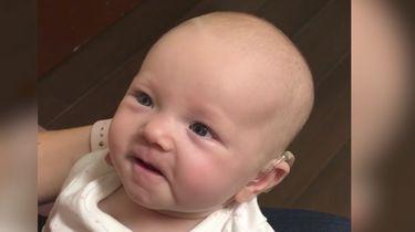Virals: Dove baby hoort voor het eerst haar moeder