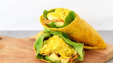 Op deze foto zie je tortilla met eieren en avocado
