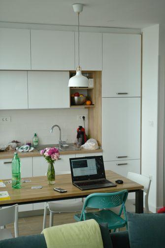 Een foto van een laptop op de keukentafel