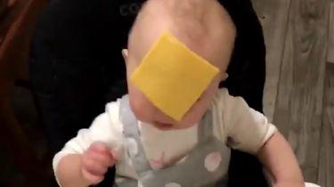 Bizarre nieuwe trend: kaas gooien op je kind