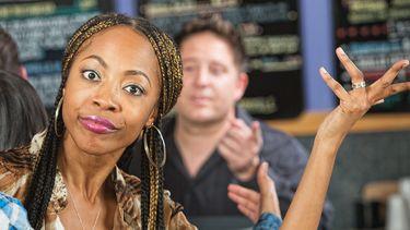 Op deze foto zie je een geërgerde vrouw in een restaurant