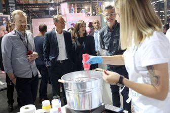 Burgemeester van Berlijn, Michael Mueller (R), wordt rondgeleid door VP Brand Marketing bij Zalando Carsten Hendrich (R) en Robin Ritter (L) tijdens een event van Zalando in 2017