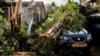 Veel stormschade in Leersum, 10 tot 20 woningen onbewoonbaar door noodweer