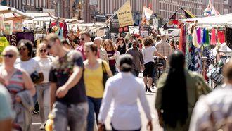 De markt op de Albert Cuyp straat in het centrum van Amsterdam nog voor dat corona bepaalde dat er mondkapjes gedragen moesten worden.