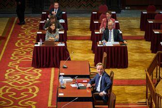 Een foto van minister Hugo de Jonge, vandaag in de Eerste Kamer om te praten over de CoronaMelder
