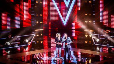 Op deze foto zijn Martijn Krabbe en Wendy van Dijk te zien bij de opnames van The Voice of Holland.