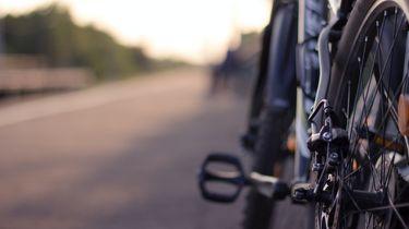 Een foto waarop een deel van het wiel en een trapper van een fiets te zien is.