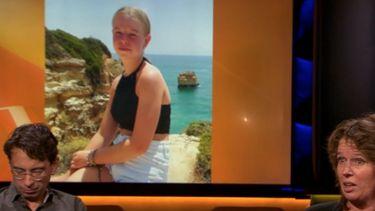 Op deze foto zie je onder andere de moeder van een 14-jarige meisje uit Marken dat dood in de berm van de Zeedijk in Zuiderwoude werd gevonden, tijdens de uitzending van OP1 aan tafel zitten.