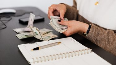 vrouw is bezig financiën op orde te krijgen