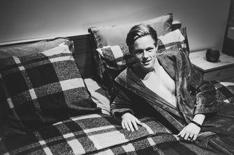 Een foto van Gijs op de kalender op een bed