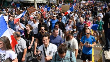 Fransen protesteren tegen de coronamaatregelen.
