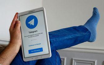 Een foto van een tablet met Telegram