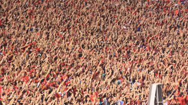 Foto van een heel vol voetbalstadion