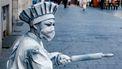 Een foto van een straatartiest in Antwerpen met een mondkapje op
