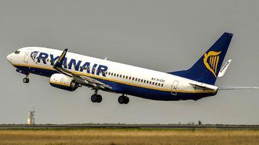 Extra stuk handbagage moet vanaf 1 november in het ruim bij Ryan Air. Foto: Giphy