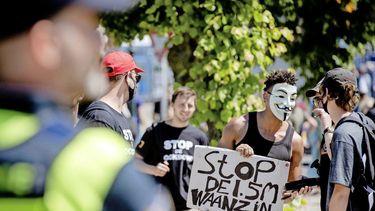 Op deze foto zie je demonstranten tegen anderhalve meter regel. Actiegroep Virus Waanzin is tegen de anderhalvemeterregel.