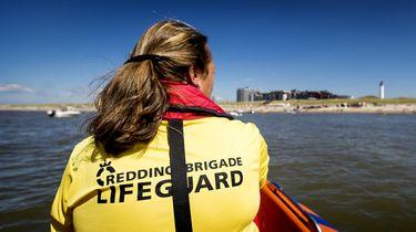 Een dame van de Reddingsbrigade in een boot op zee