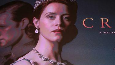 Op deze foto zie je een poster van de netflixserie The Crown