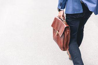 Een foto van een man in pak met een aktetas