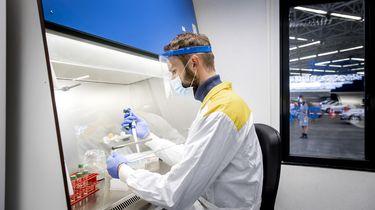 Een foto van een man die test of er coronabesmettingen zijn