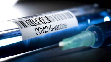 Op deze foto zie je een illustratieve foto van reageerbuisjes met een medicijn of vaccin tegen het COVID-19 coronavirus.