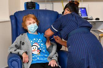 Margaret krijgt het vaccin toegediend.