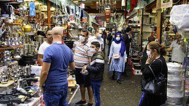 Een foto van bezoekers van de Bazaar met mondkapjes op
