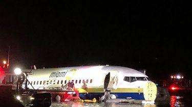 Boeing 737 schiet van landingsbaan in rivier