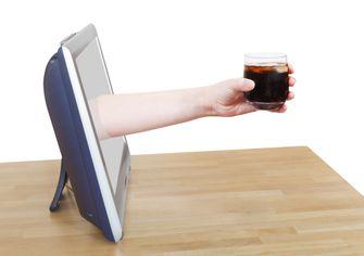 Een foto van een drankje dat via de tv wordt aangereikt