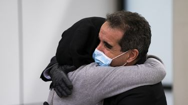 Een foto van een blije man en vrouw na een repatriëringsvlucht uit Marokko