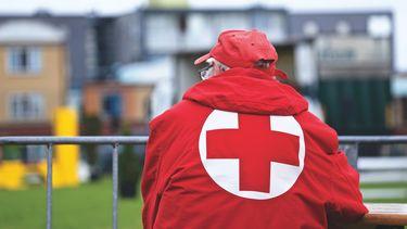 rode kruis - man met jas - hulporganisatie