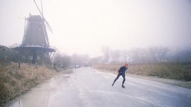 Professionele schaatsers schaatsen natuurijs schaatsweekend